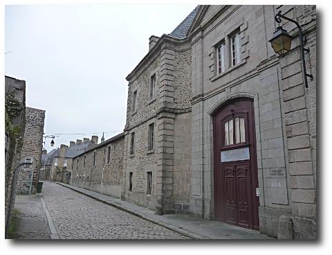 http://www.terresdecrivains.com/IMG/jpg/College_Dinan_rue_de_Lehon450.jpg